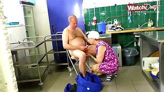 Oma und ihr neuer Putzjob