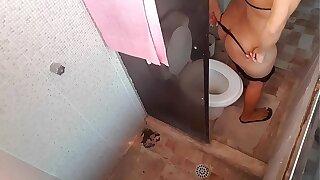 Coloquei meu celular gravando escondido no banheiro da minha tia e éla acabou descobrindo e me deu uma surra