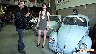 Lilas enculée en troika dans le garage de descendant mec