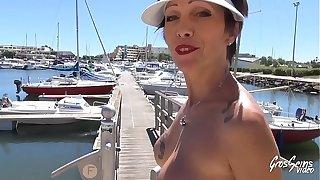 Carole, dampen milf gourmande baise sur un bateau