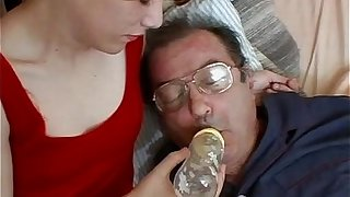 Numbing nena cuida de su tio enfermo